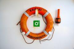 Conservantes de vida en la pared blanca Boya de vida en la cubierta del barco de cruceros Fotos de archivo