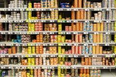 Conservas alimentares no suporte do supermercado Fotografia de Stock