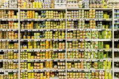 Conservas alimentares no suporte do supermercado Imagem de Stock