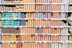 Conservas alimentares no suporte do supermercado Foto de Stock Royalty Free