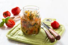 Conservas saudáveis caseiros do vegetal no frasco de vidro imagens de stock