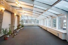 Conservatório vazio com número pequeno de plantas e do teto de vidro Imagem de Stock Royalty Free