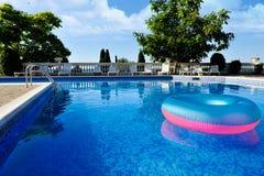 Conservateur de vie coloré flottant dans une piscine clair comme de l'eau de roche Photos libres de droits