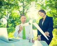 Conservatieve Zakenman Running Green Business royalty-vrije stock afbeeldingen