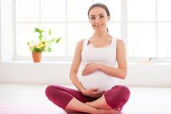 Conservation du calme pour son bébé à venir. images libres de droits