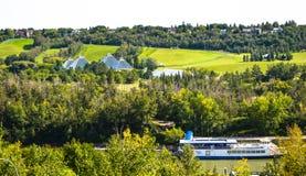 Conservatoire d'Edmonton Muttart et bateau de rivière de la Reine image stock