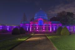 Conservatoire en verre lumineux en parc de Syon Image libre de droits