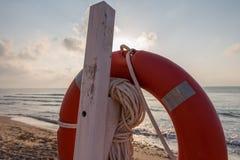 Conservatore di vita su una spiaggia ad alba Fotografia Stock