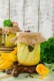 Conserve de courgette dans le pot en verre sur une table en bois Photos stock