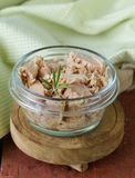 Conserve de thon avec le romarin photo stock