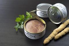 Conserve de thon sur la table en bois Photographie stock