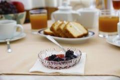 Conserve en mesa de desayuno imagen de archivo libre de regalías