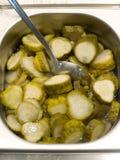 Conserve a salada em uma bandeja com a colher Fotografia de Stock