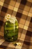 Conserves au vinaigre avec des marguerites Photographie stock