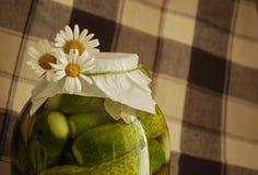 Conserves au vinaigre avec des marguerites Photos libres de droits