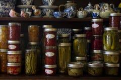 Conserves au vinaigre, confiture et sauce faites maison images stock