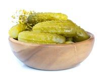 Conserves au vinaigre dans une cuvette en bois Image stock