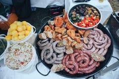 Conserves au vinaigre et salades Festival de nourriture et de viande de rue images libres de droits