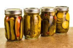Conserves au vinaigre faites maison dans des pots de maçon Photographie stock libre de droits