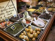 Conserves au vinaigre locales sur le marché en plein air dans Nice la ville Photo stock