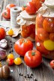 Conserves de tomate dans les pots Photographie stock libre de droits