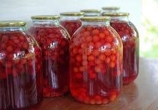 Conserves faites de baies rouges dans des pots en verre photos libres de droits