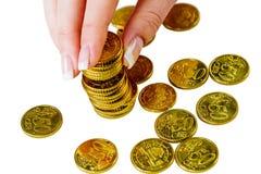 Conservi la donna con la pila di monete nei soldi Immagini Stock