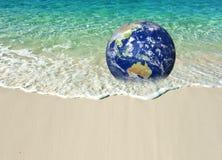 Conservi la terra, terra generata da computer come il pianeta su una spiaggia Wave che schiaccia nei precedenti Concetto adatto a immagine stock libera da diritti