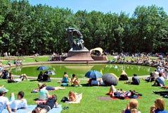 Considérants au pied du monument à Chopin Photographie stock