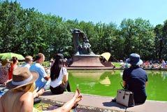 Considérants au pied du monument à Chopin Image libre de droits
