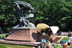 Considérants au pied du monument à Chopin Images libres de droits