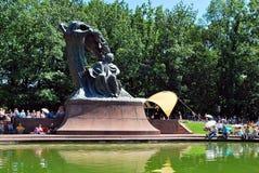 Considérants au pied du monument à Chopin Images stock