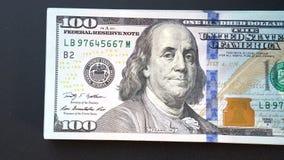 Considera o dinheiro com suas mãos um close-up Dólares no close up 4k do braço filme