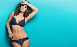 Consideravelmente bem mulher despida com roupa interior 'sexy' Imagens de Stock