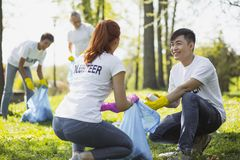Consideravelmente dois voluntários que envolvem no programa voluntário fotos de stock