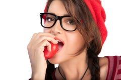 Consideravelmente fêmea mordendo Apple no fundo branco Fotografia de Stock Royalty Free