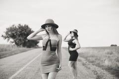 2 consideravelmente fêmeas no verão fora copiam o espaço Imagem de Stock