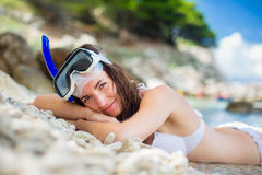Consideravelmente, jovem mulher em uma praia durante suas férias de verão fotografia de stock royalty free