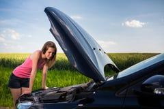 Consideravelmente, jovem mulher pela borda da estrada Fotos de Stock Royalty Free