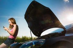 Consideravelmente, jovem mulher pela borda da estrada Imagens de Stock Royalty Free