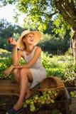 Consideravelmente, jovem mulher que jardina em seu jardim imagem de stock royalty free