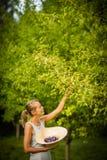 Consideravelmente, jovem mulher que jardina em seu jardim fotos de stock