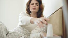 Consideravelmente mulher que tem a tosse que encontra-se na cama Mulher doente que obtém o frio da garganta filme