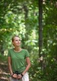 Consideravelmente, passeio nórdico da jovem mulher fotos de stock royalty free
