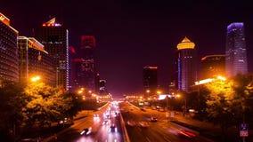 Considere abajo en el tráfico en Guomao CBD la noche metrajes