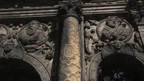 Considere de debajo el diseño oscuro en la capilla vieja metrajes