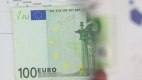 Considere un billete de banco de cientos euros, un aumento con una lupa metrajes