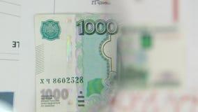 Considere un billete de banco de mil rublos, un aumento con una lupa metrajes
