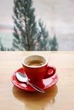 Consideri con la tazza rossa di caffè espresso sul fondo di legno della tavola Immagini Stock Libere da Diritti