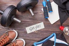 Consiga el ajuste con el entrenamiento físico activo fotos de archivo